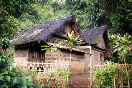 Becermin Pada Rumah Adat Kampung Cikondang
